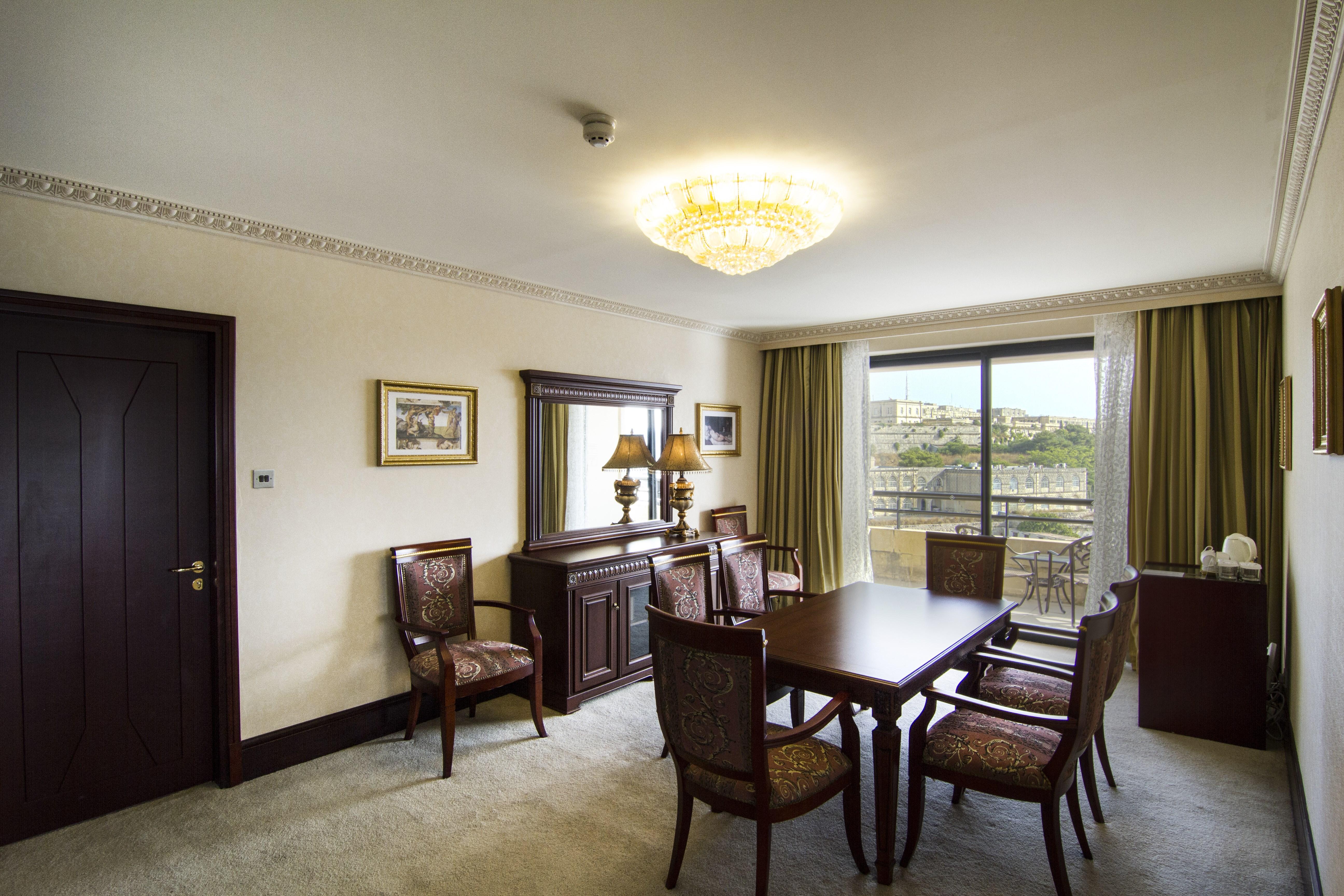 presidential-suite-dining-room