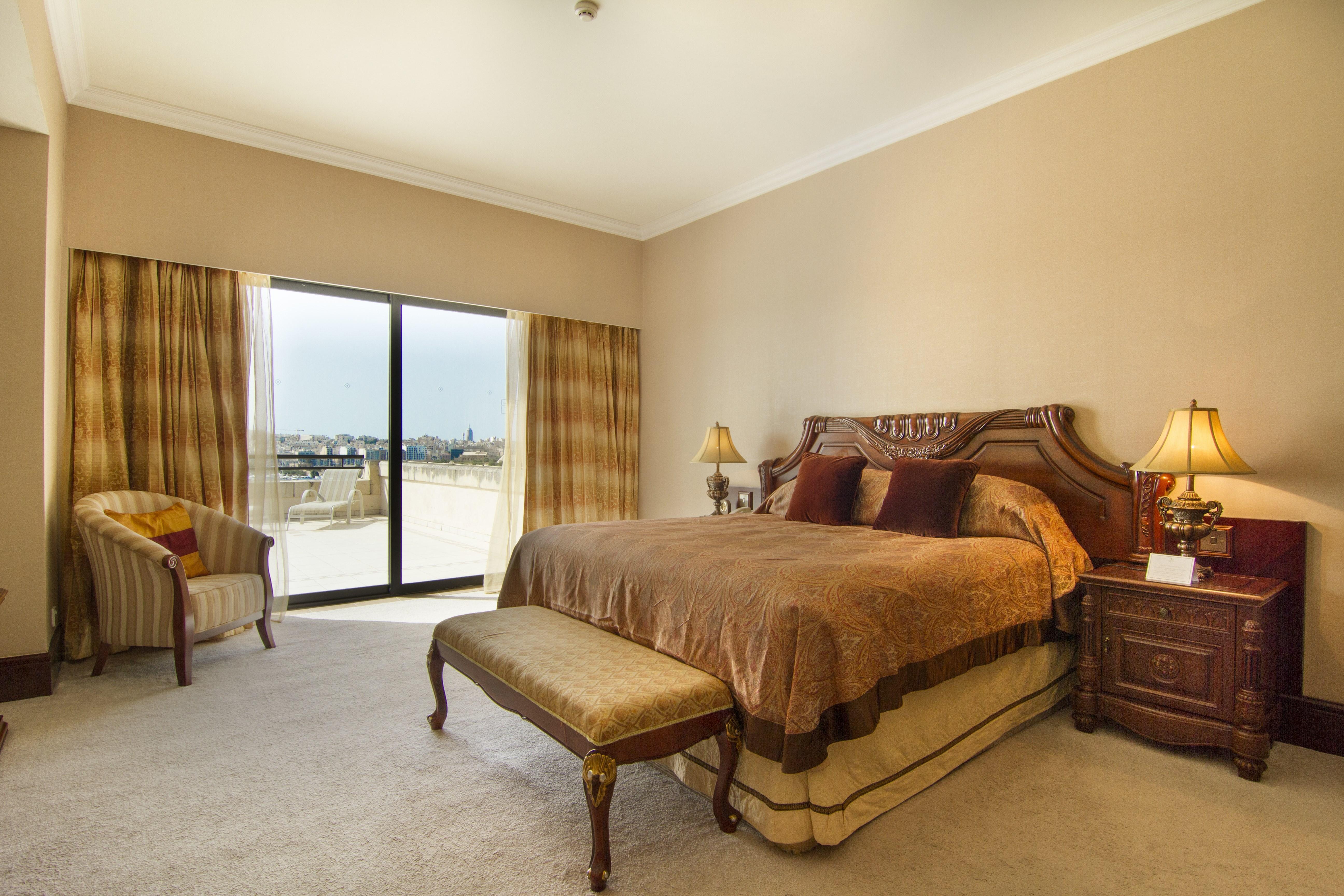royal-suite-main-bedroom